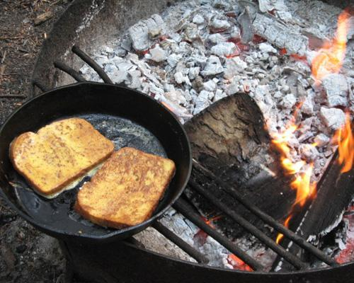 mothernaturenetwork:  Campfire French ToastWhip up this tasty breakfast in minutes over a campfire or your camp stove.Check out more campfire backpacking breakfast recipes.  Yessss!