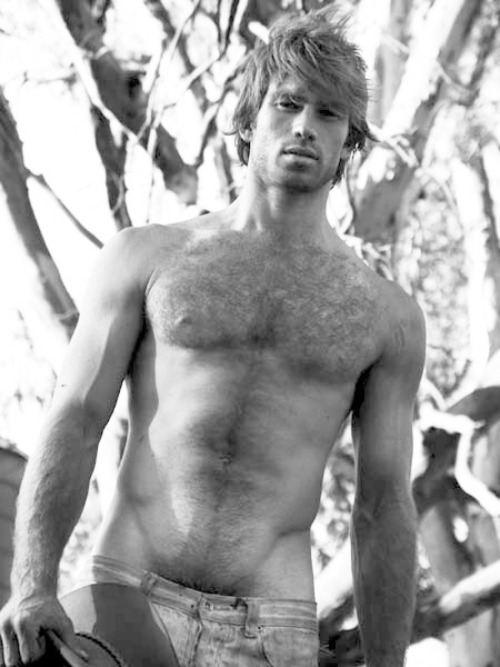 realmenstink:  HAIRY HOTTIE !!!