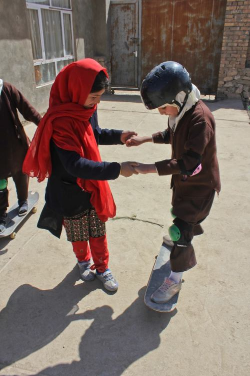 super-eklectic1:  fromsoiltoflight:  Afghan girls teaching Afghan girls! A pic from Skateistan's Facebook page. Skateistan is a Kabul-based Afghan NGO (Non-Governmental Organization), which is non-political, independent, and inclusive of all ethnicities, religions and social backgrounds. The simplicity of using skateboarding as a tool for empowerment is really moving, and even better: It works.   BABIES!!