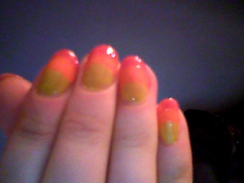 I'm a beginner, both with nails and with my webcam! Bright bright fingers because it's my birthday tomorrow!!