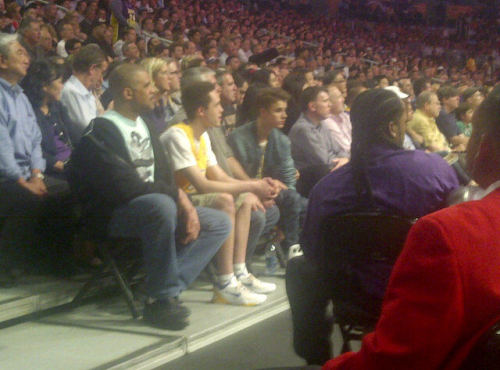 Justin Bieber at the Lakers vs. Spurs Game with Selena Gomez. (@)