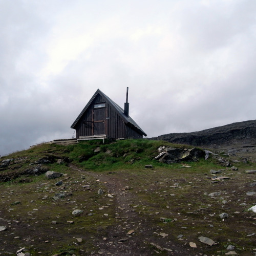 cabinporn:  Hikers hut on the Tjäkta pass, Kungsleden, Sweden. Submitted and photographed by Andrew Groves.