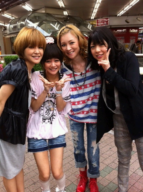 More than Yossy being the tall one, Risa is being the short one XD Chibi leader~