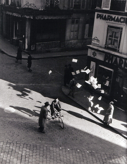 Robert Doisneau Lancer de tracts rue Henri Monnier Paris, 1944 Thanks to wonderfulambiguity