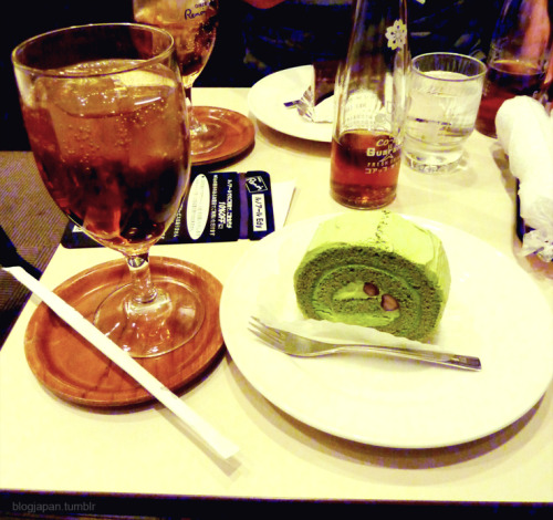Guarana soda (it tastes similar to bubble gum) and Macha (green tea) cake at Renoir Cafe in Akihabara