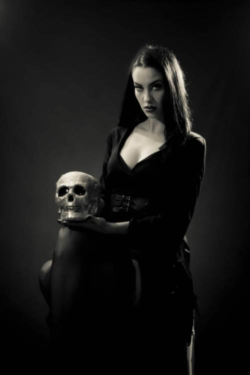 theerinbelle:  I want your skull! By Kat Bradshaw I did my makeup hair and wardrobe myself