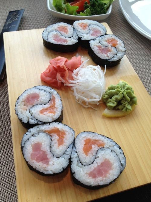 thecoconutkids:  astrolily:  S U S H I   mmmm yum   What type of roll is this, it looks yummy