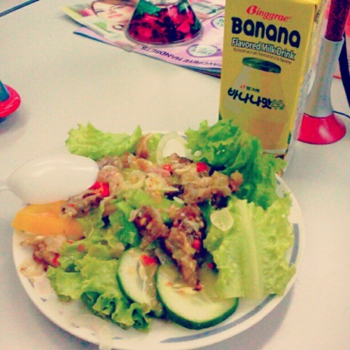 Office Food! ;) thanks Eunice for the lovely salad.^^… #instafood #instalove #food #salad #greens #healthyfood #bananamilk #milk #yummy #free #bestthing  (Taken with instagram)
