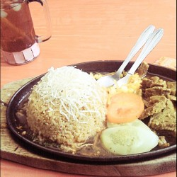 Heading to lunch, black papper FR at bang asmad, taman sari #lunch #rice #blackpepper #warungasmad #tamansari #bandung #photooftheday #igers #instamood #instago #instadaily #me #instagram #iphonesia  (Taken with instagram)