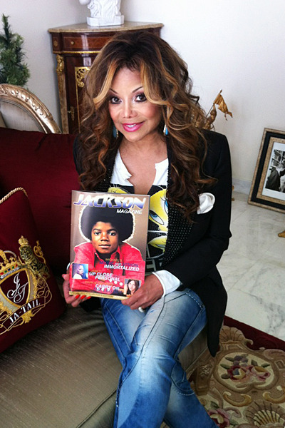 @latoyajackson in her @jatail office with her copy of Jackson Magazine 2011 edition which she recevived a couple of weeks ago. Thank you very much La Toya (and Jeffre). You can stil order your copy of Jackson Magazine 2011 edition at Jackson Source.