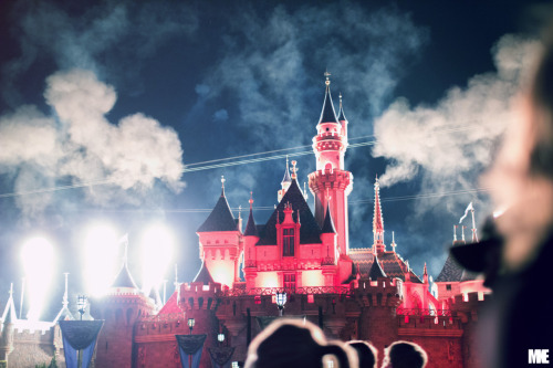 fuckyeahstreetlights:  Disneyland Resort. by mkealcoran  Someone just take me there!