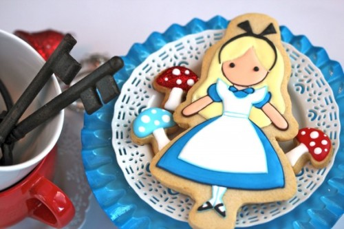 cutiemonster:  Cute Alice in Wonderland cookies : sweetopia.