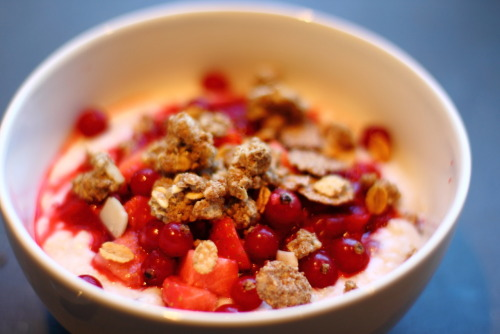 theroadtohealthyliving:  Vanilla berry oatmeal with some wholegrain granola for breakfast this morning