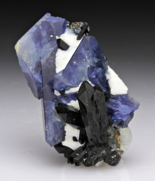 mineralia:  Benitoite from California for auction by Dan Weinrich