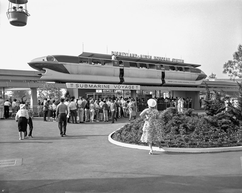disney-disnerd:  Disneyland 1959  Aww, that short little monorail is adorable!