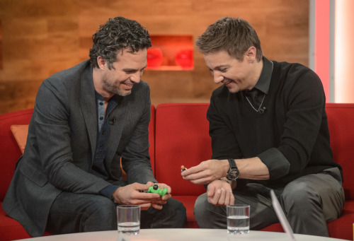 jeremyrennersarms:  Jeremy Renner and Mark Ruffalo playing with Legos