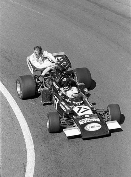 Stuff that's awesome: Carlos Pace getting a ride on Ronnie Peterson's March 721, during the practice for the 1972 French Grand Prix.