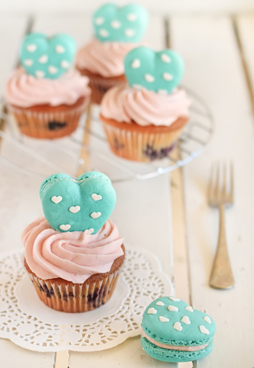prettyfoods:  Heart Polka Dot Macarons & Vanilla Bean Blueberry Cupcakes (via raspberri cupcakes)  A little foreshadowing for the macaroon action that Emily and I will be getting into later this weekend.