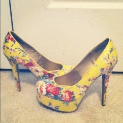 I only wear HIGH heels👠 #highheels #heels #shoes #yellow #flowers #style #fashion #model #strut #runway  (Taken with instagram)