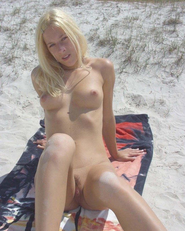tradedpics:  Cutie on the beach