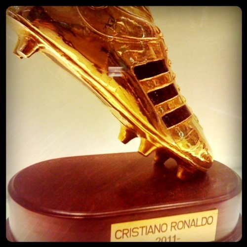 alitllebitmore-daphne:  Bota de Oro awarded to CR7 for the most goals of the season 2011!