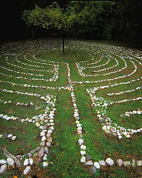 rejecting-christ:  looks so nice  A labyrinth so lovely as a tree.
