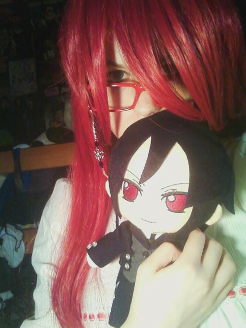 Grell cosplay + an adorable Sebastian plush? What's not to love. ^_^ bloodydiru13:  Sleepy time