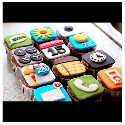 Intersecting technology and food :D mizzsk16:  #yum #hungry #want #iPod #iPhone #iPad #cupcakes (Taken with instagram)