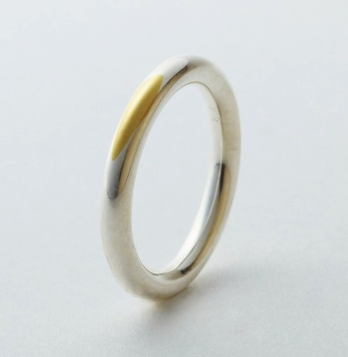 Wedding Rings That Transform As They Agedesigntaxi.com Japan-based design firm Tora­fu Archi­tects has devel­oped a wed­ding ring that grad­u­al­ly trans­forms with time.Through wear and tear, the thin sil­ver coat of the 'Gold Wed­ding Ring' gets rubbed away, to unveil its 18-car…