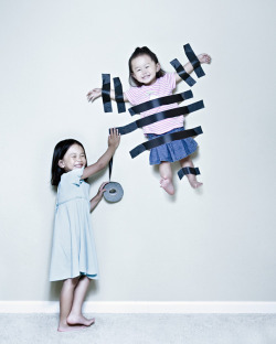 Creative Dad Takes Crazy Photos Of Daughters Tomas, boredpanda.com If you are tired of posed, stiff and cheesy fam­i­ly por­traits, then take a look at these incred­i­bly cre­ative pic­tures taken by Jason Lee.Jason who is a wed­ding pho­tog­ra­ph­er start­ed tak­ing pho­tos of his two lit­tle daugh­ters back …