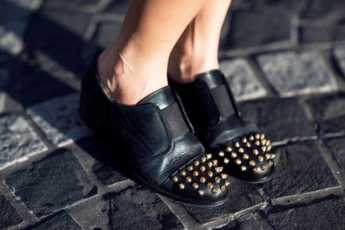littlebitterluck:  ASOS spiked oxfords (image: fashiondistraction)