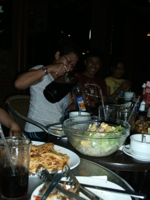 Family Dinner: The family that eats together .. well .. na bubusog together. lol