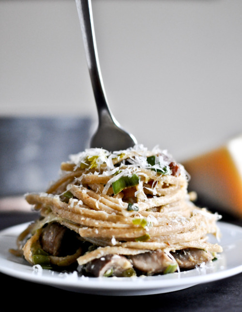 blowkissesnotboys:  Portobello and leek carbonara.