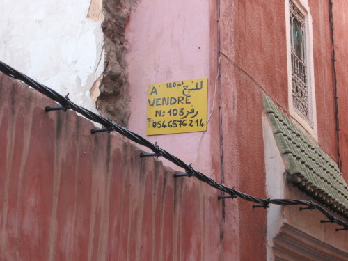 According to Najib, this is a 'For Sale' sign, since no-one in Marrakesh bothers with real estate agents.