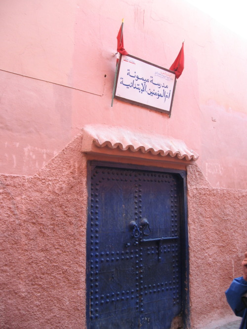 Apparently this is a primary school, and any building in Marrakesh which has the national flag above the door is a government building.