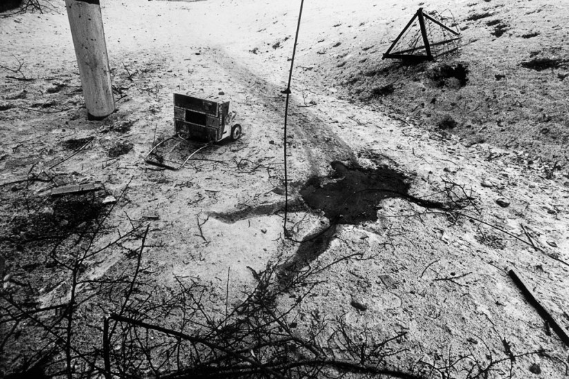 fotojournalismus:  The tracks of a body hastily dragged back indoors after an explosion, Grozny, Chechnya, 1995.   From Open Wound [Credit : Stanley Greene]
