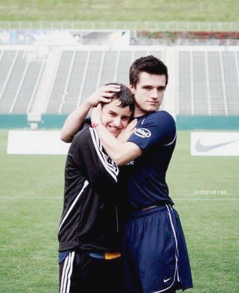 kcalron:  jhutch-with-senecas-beard:  I love how he hugs conner's head!  Brotherly love.  aggggh lesbionest!!!