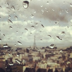 elyannick:  And SUNday becomes RAINday… #Paris #eiffel #eiffeltower #rain #france #tears #beaubourg #building #sunday (Pris avec instagram)