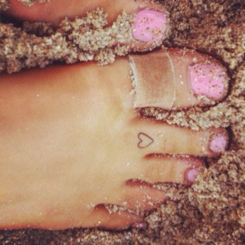 why i love this picture       I love Ariana Grande her toes are perfect And her tattoo is amazing.