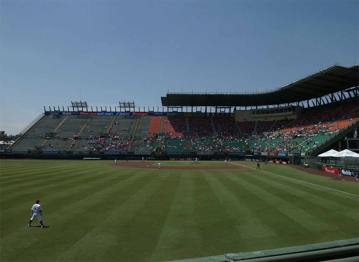 View from the bleachers this afternoon at Foro Sol, Mexico City. Diablos Rojos del México 8 Pericos de Puebla 2. Ticket price: 76 cents (U.S.)