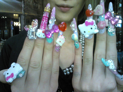 japanesefashioninferno:  Next level Hello Kitty deco-nails via @yoroseek