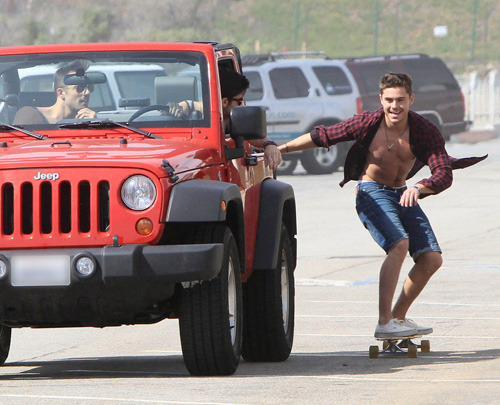 fabulous-zefron:  He's such a badass(;  Zac Efron skateboarding while holding onto a car.