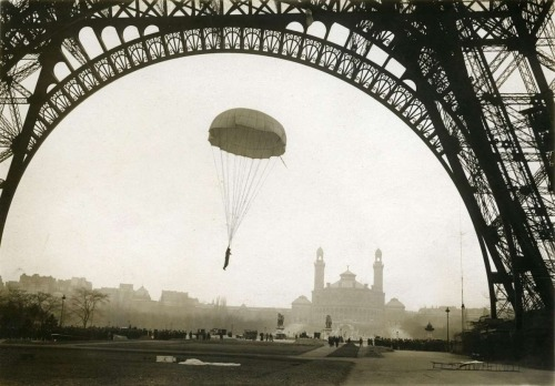 Lord Gaston Hervie's parachute jump from the Eiffel Tower, 1911. Geheugen van Nederland