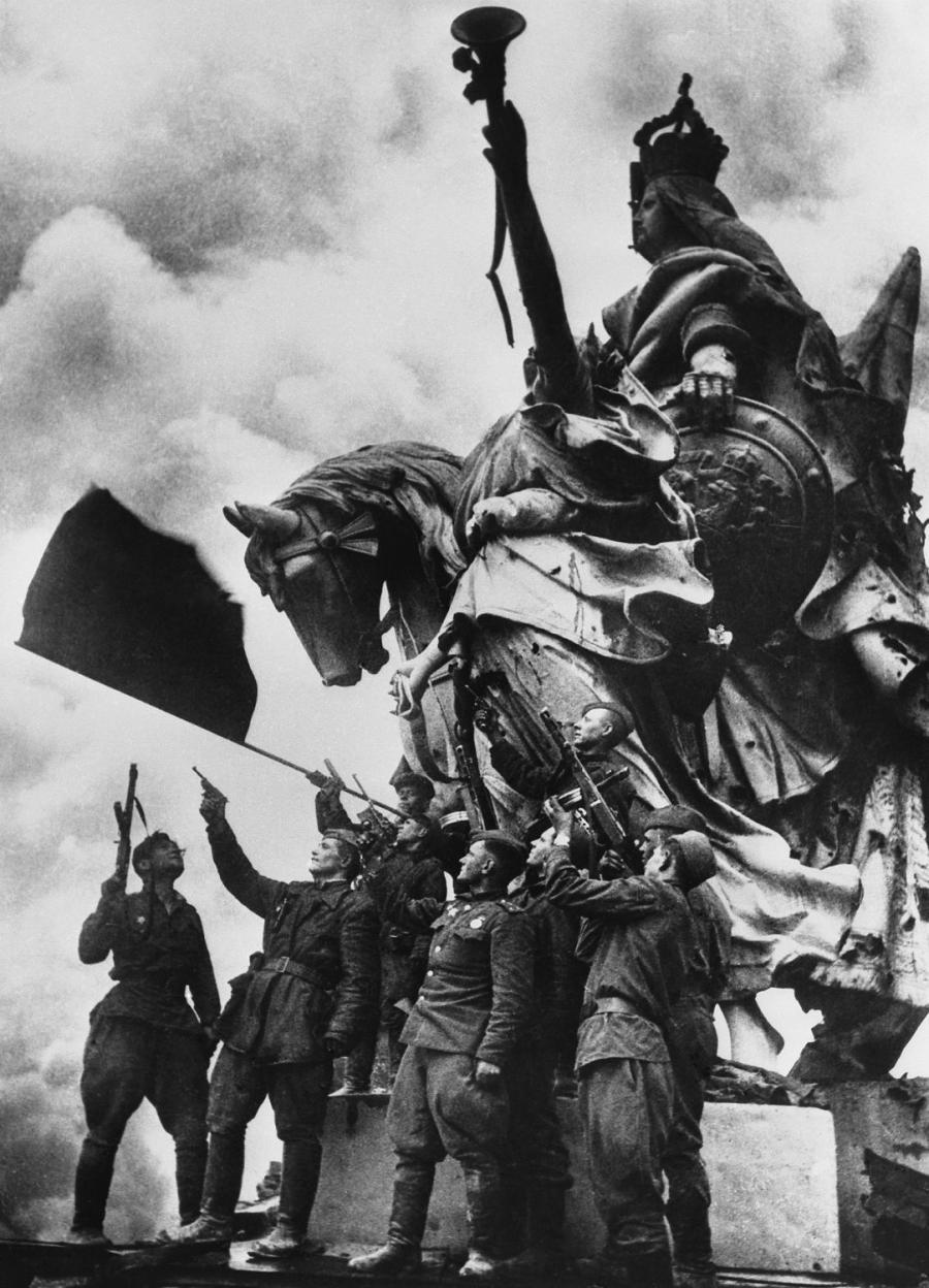 itsjohnsen:  Victory salute on the roof of Reichstag - Soviet soldiers raise the flag under command of Stepan Neustroev, 1945. (via)