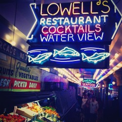 #pike #pikeplace #neon #sign #seattle #market #fish #fruit #produce #jj #clubsocial  (Taken with instagram)