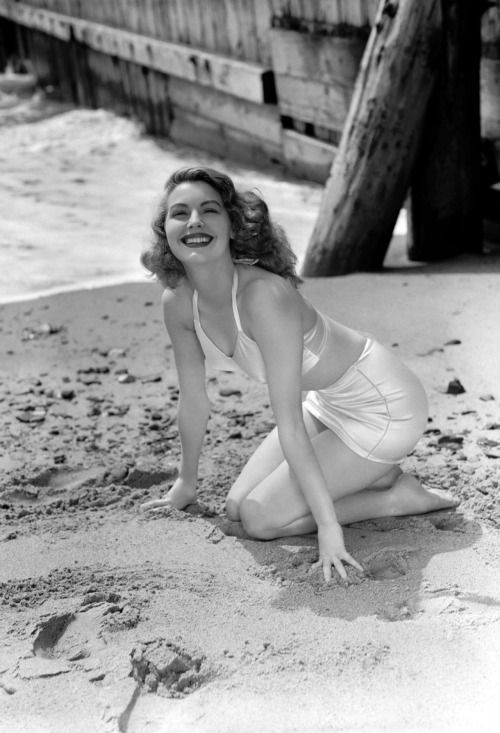 lizsboobtan:  Ava Gardner at the beach, 1940's