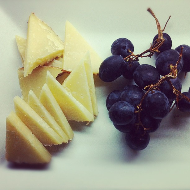 czarraplaton:  Manchego and black grapes 😍 #food #yummy #happiness #iphoneasia #instagram #igers #cheese (Taken with instagram)