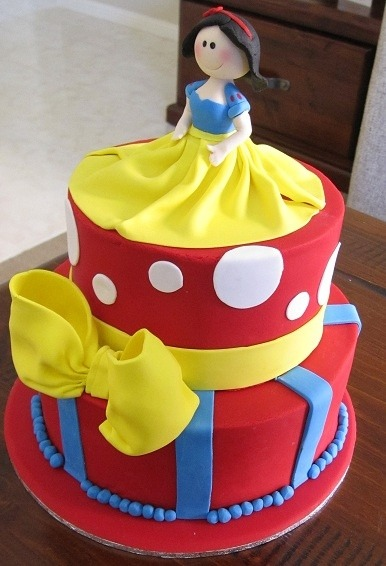 Snow White theme cake! The reds, yellow and bright blue are so pretty! Such a cute Disney inspired creation. (Photo source: Pinterest.com)