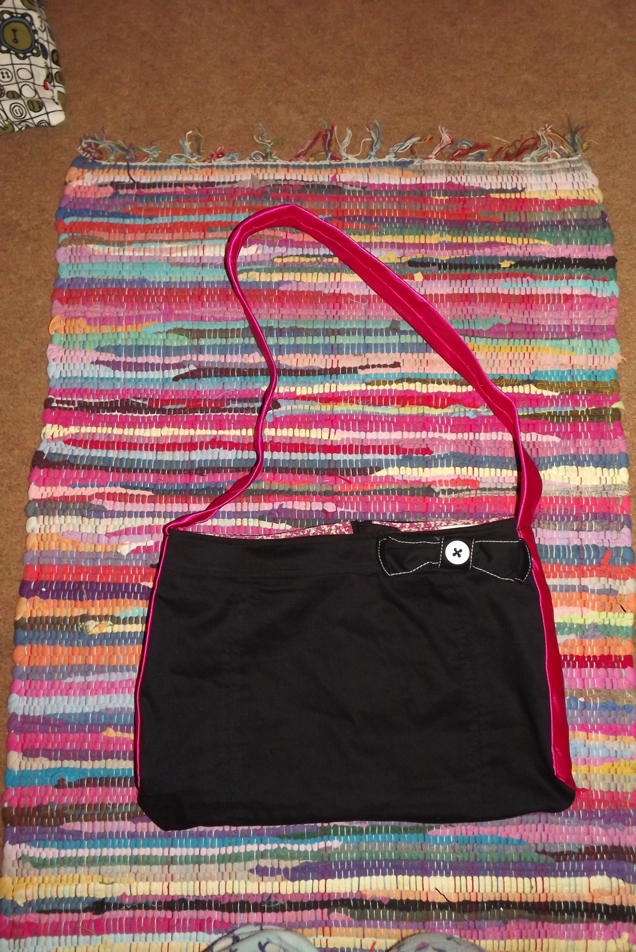 As a promise I have uploaded the picture of the recycled bag I made from my old skirt and tie. ^_^ Hope you like. =P <3