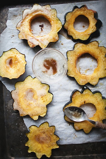 squaremeal:  (via solving crime by dinner time / pretty roasted acorn squash with browned butter & sage)